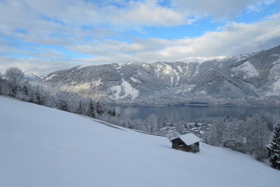Blick von Thumersbach auf den See und  Zell am See. Dahinter die Schmittenhöhe
