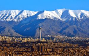 Teheran mit Berg Tochal im Hintergrund